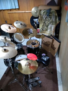 Well kept and played 2004 Peavey International 2 series Drum Kit