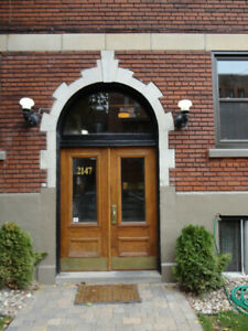 Fabulous, top floor, bright, 1250 sf, renovated, charming, July