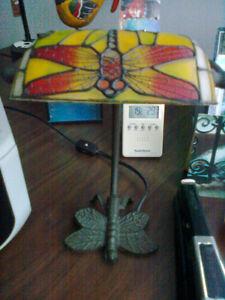 Lampe de table motif libellule sur abat-jour en verre dépoli