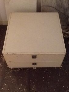Storage unit with 2 drawers