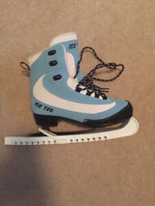 Ladies skates size 7 (excellent condition)