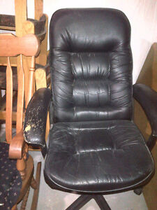 EXECUTIVE BONDED LEATHER OFFICE CHAIR!