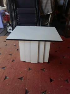 petite table de salon blanche et noir