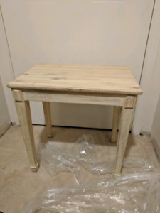 Small end table in new condition