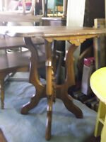 TABLE DAPOINT VICTORIAN SIDE TABLE ANTIQUE ( EN Bois  ALL Wood )