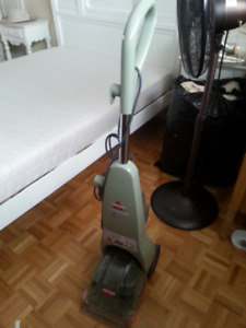 Laveuse à tapis Bissell, 150$.