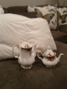 Old country Rose coffee / tea pot. Excellent condition.