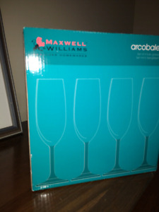 Brand New Set of Champagne Flutes (6)