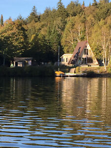 Cottage with beautiful water view-Chalet bord de lac