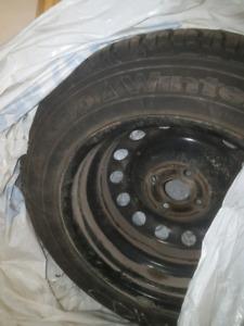 4 pneus hiver goodyear avec rims 185/65/r15 Bon pour 2 hivers