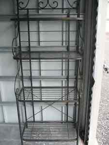 Etagère en fer forgé // Wrought iron bookshelf