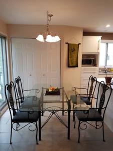 Table de cuisine + 4 chaises / Kitchen Table + 4 chairs