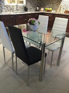 Table avec 4 chaises, GRANDE RABAIS!!!
