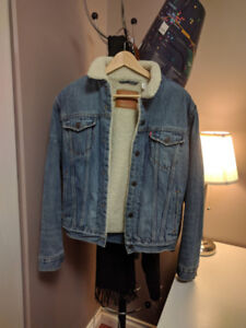 Levi's sherpa denim trucker jacket, mens small.