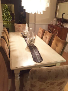 BEAUTIFUL CEDAR DINING ROOM TABLE WITH 8 CHAIRS