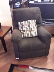 *** USED *** ASHLEY ALURIA CHOCOLATE RECLINER   S/N:51199837   #STORE548