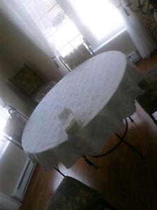 Nappe pour table ronde avec serviettes de table