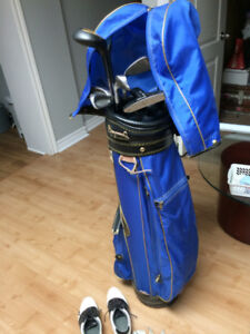 Sac de golf, bâtons et souliers