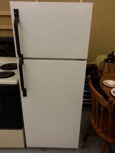"24"" Aparment size fridge (Moffat)"