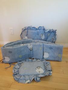 Literie couchette ou bassinette, lampe et mobile