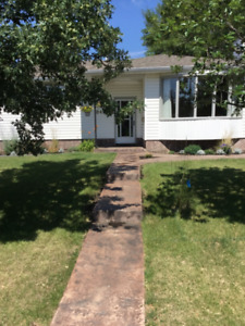 REDUCED & RENOVATED 3 BDRM IN QUIET AREA- 20 MINS TO DOWNTOWN !