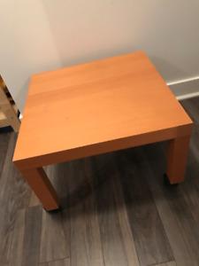 Table Lack IKEA modifiée avec roulettes