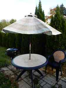 ensemble patio table, 4 chaises et parasol West Island Greater Montréal image 2