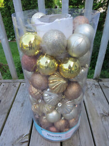 GOLD COLOURED SHATTER-RESISTANT ORNAMENTS