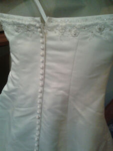 Gorgeous Wedding Gown in Perfect Condition (Westmount Area)