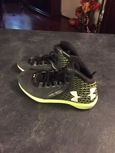 Under armour runners youth size 5 Strathcona County Edmonton Area image 1