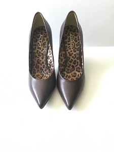 CLASSIC BROWN POINTY TOE PUMPS