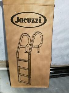 Échelle de piscine hors terre en résine de marque Jacuzzi.