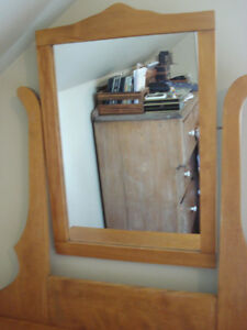 Antique dresser with mirror West Island Greater Montréal image 4