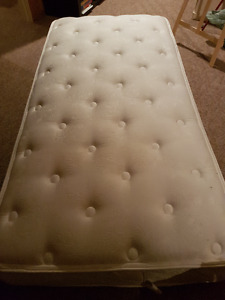 Matelas lit simple en excellente condition
