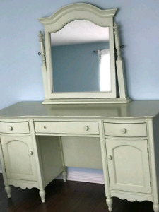 Vanity / Dresser - Mary Kate & Ashley 'Country Chic'