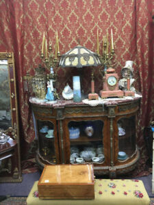 Vendor 12D offering 25% off on all antiques and collectibles