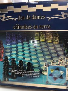 Jeux d'échec et jeux de dames en verre..faites une offre