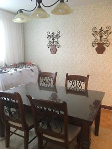 Table à diner 4 chaises avec vitre
