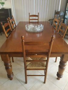 STUNNING IMMACULATE SOLID OAK DINING TABLE