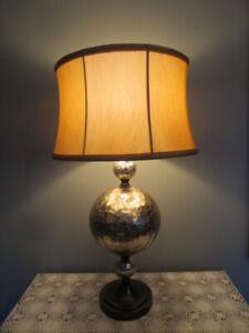 Grosse lampe de table, base argent abat-jour beige or.