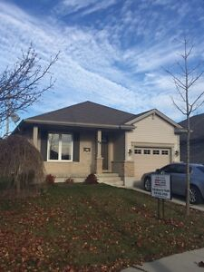 Cosy bungalow on the edge of town! London Ontario image 2