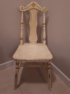 VINTAGE WOODEN CHAIR - CHARMING!!  $ 40.00