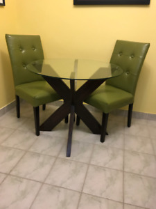 Kitchen table and 2 chairs in mint condition