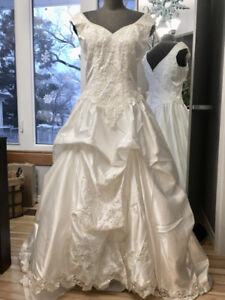 Size 8/10Ball gown with PickUp Skirt -Never Worn
