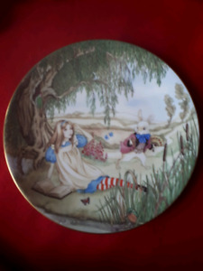 ALICE IN WONDERLAND COLLECTORS PLATE