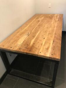Table antique en bois : style industriel