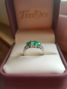 Women's 14kt gold ring with emeralds