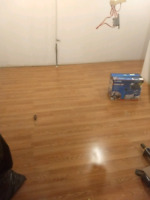 Laminate wood flooring installer