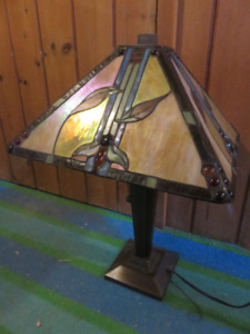 STAIN GLASS SINGLE TABLE LAMP GREAT CONDITON