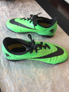 Kid's Nike indoor/outdoor soccer shoes, Size US 1,
